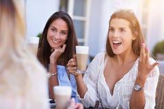 Amie heureux en café pendant l'heure d'été Photographie stock