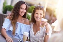 Amie heureux en café pendant l'heure d'été Image stock