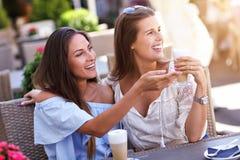 Amie heureux en café pendant l'heure d'été Photos libres de droits