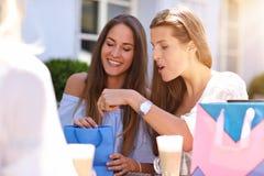 Amie heureux en café pendant l'heure d'été Images libres de droits