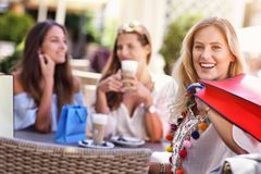Amie heureux en café pendant l'heure d'été Photo stock