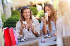 Amie heureux en café pendant l'heure d'été Photo libre de droits