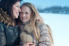Amie heureux en hiver avec le fond de neige Photographie stock