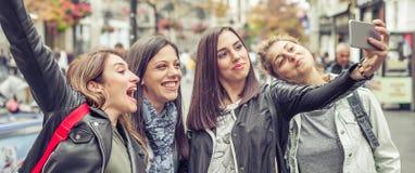 Amie heureux prenant des photos de selfie dans la rue Images libres de droits