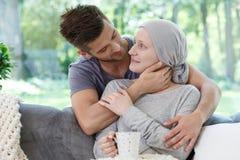 Amie malade de soutien dans le foulard Image stock