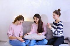 Amie mignons rassemblent l'amie la date et aident à regarder le beaut Photo stock