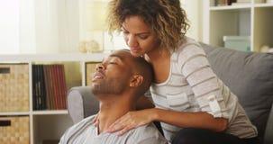 Amie noire donnant le massage de cou d'ami Photos stock