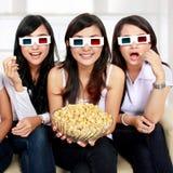 Amie observant le film dans 3d Photo stock