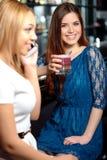 Amie ont une boisson dans la barre Photo stock