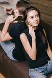 Amie parlant aux téléphones avec son ami Images libres de droits