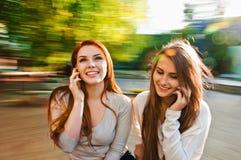 Amie parlant avec le téléphone Images stock