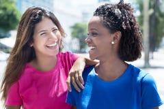 Amie parlante d'afro-américain et de Caucasien Images stock