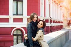 Amie, passent un temps d'amusement à la promenade de ville Photo libre de droits