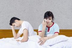 Amie pleurante après combat dans le lit Photos libres de droits