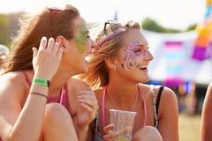 Amie portant la peinture de visage au festival de musique, se ferment  Photographie stock libre de droits