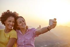 Amie prenant un sourire de selfie Photos libres de droits