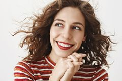 Amie rêvant de la date prochaine, étant dans l'amour Femme attirante insouciante tendre avec les cheveux bouclés et le rouge à lè Photographie stock