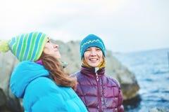 Amie riante près de la mer en hiver Photographie stock