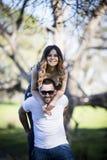 Amie romantique et ami de couples ayant le parc d'été d'amusement Images libres de droits
