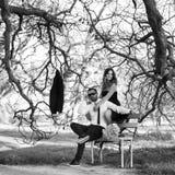 Amie romantique et ami de couples ayant le parc d'été d'amusement Image stock