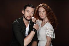 Amie rousse et ami barbu posant pour le tir de studio Photo stock