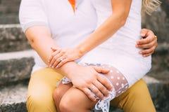 Amie s'asseyant dans le recouvrement Un couple affectueux se repose sur Photographie stock