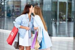 Amie se réunissant au centre commercial Image libre de droits