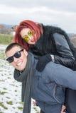 Amie se trouvant sur le dos de son ami Photo libre de droits