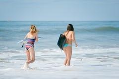 Amie sportifs en bonne santé de surfer avec des corps d'ajustement tenant des conseils Photographie stock libre de droits