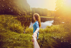 Amie tenant la main de son ami photographie stock libre de droits