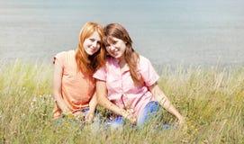 Amies à la campagne. Image libre de droits