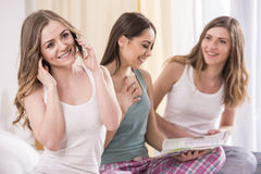 Amies à la maison Image libre de droits