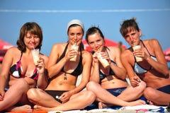 Amies à la plage appréciant les rafraîchissements glacials Images stock
