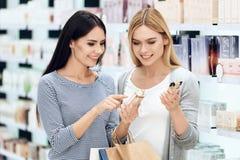 Amies élégantes avec le parfum d'achat de sacs Boutique de parfum Image stock