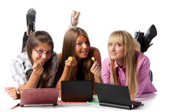 Amies étendues avec des ordinateurs portatifs et des sucreries de sucre Photos libres de droits