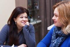 Amies 40 ans dans un café Image libre de droits