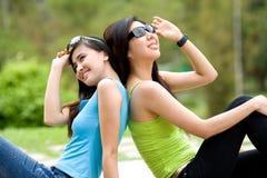 Amies asiatique avec des glaces de soleil Photos libres de droits
