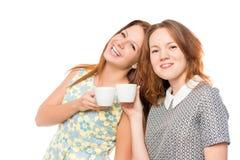 Amies attirantes avec du café Photo stock