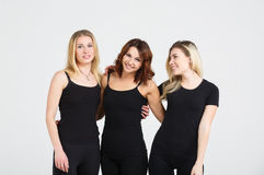Amies attirantes de jeunes femmes au fond blanc Photographie stock libre de droits