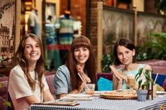 Amies au café Image libre de droits
