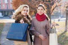Amies avec des achats dans la ville Image libre de droits