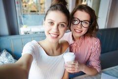 Amies avec des boissons Image libre de droits