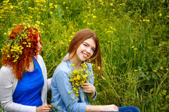 Amies avec des fleurs en parc Images libres de droits