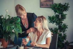 Amies avec la boisson de mojito en café Image libre de droits