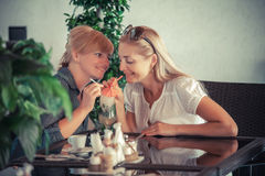 Amies avec la boisson de mojito en café Photographie stock libre de droits