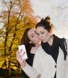 Amies avec le smartphone Image libre de droits