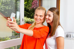 Amies avec le téléphone intelligent Photos libres de droits