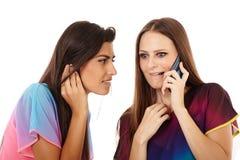 Amies ayant l'amusement avec le téléphone portable Images libres de droits