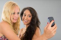 Amies ayant l'amusement tout en prenant le selfie Images stock