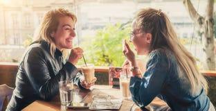 Amies ayant la boisson à un café Photos libres de droits